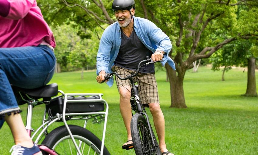 Homme sur un vélo électrique poursuivant un autre VAE