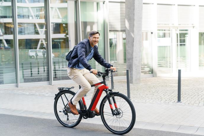 Homme sur un vélo électrique rouge Kalkhoff tout intégré
