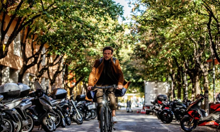 Homme sur un vélo électrique de ville Trek