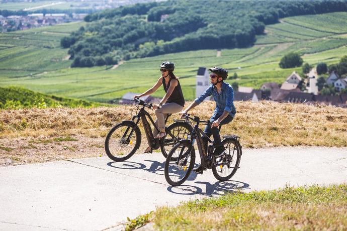 Deux cyclistes qui randonnent sur des vélos électrique Moustache