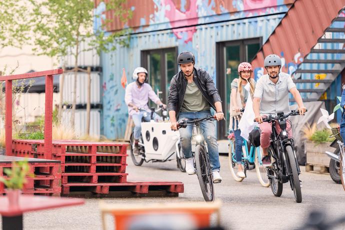 Plusieurs cyclistes roulant sur des vélos électriques différents
