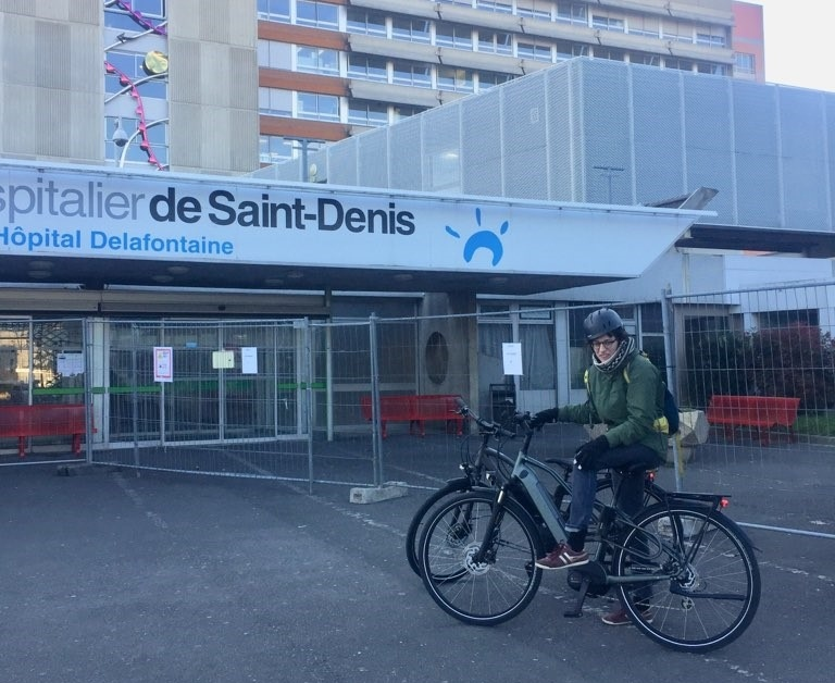 Soignants sur les vélos prêtés par Cyclable devant l'hôpital