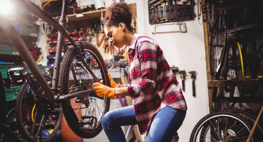 Technicienne cycle en formation dans le cadre de l'Académie des métiers du vélo