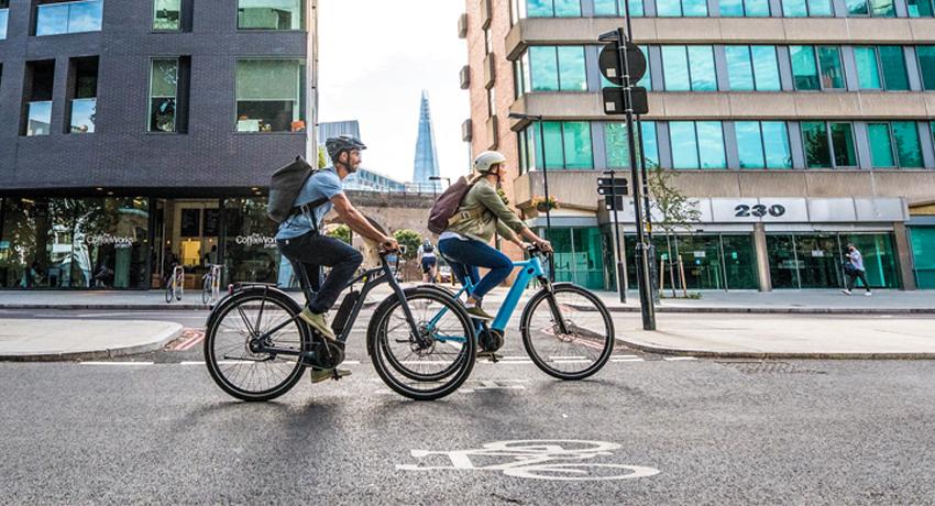 Deux cyclistes en ville profitant de leurs vélos de fonction