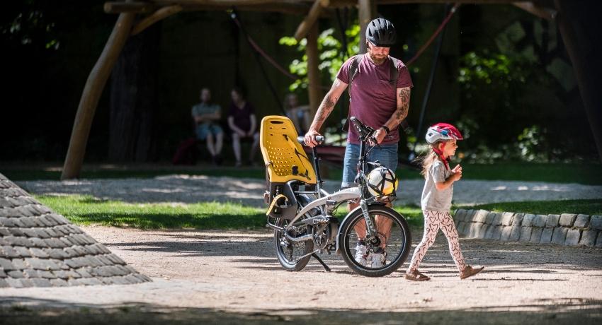 Père avec sa fille marchant à côté d'un longtail