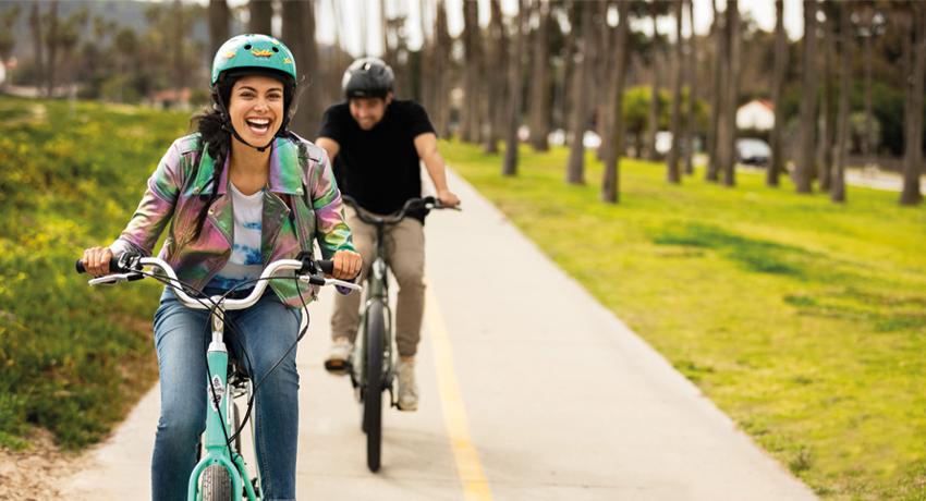 Femme en train de rire sur un vélo