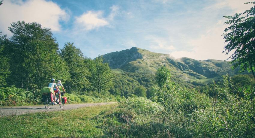 Cyclotouristes dans les Pyrénées