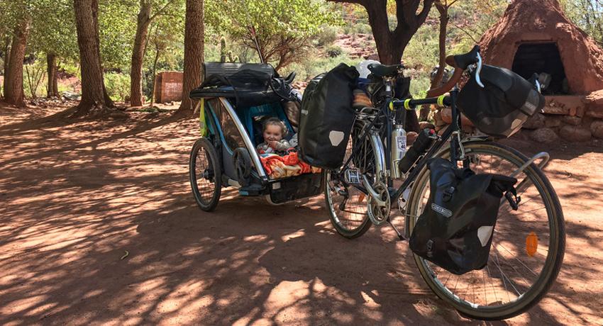 Bébé dans une remorque vélo pendant un voyage en famille