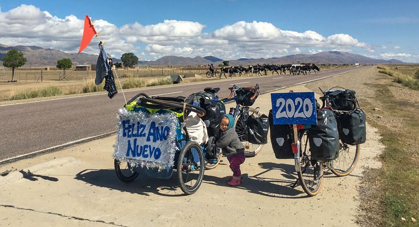 Deux vélos équipés en remorque et sacoches en Amérique latine