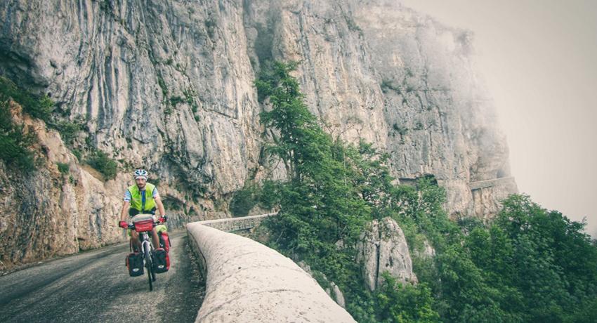 Cycliste pendant une randonnée à vélo dans le Vercors