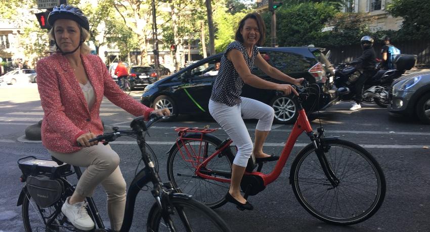 Barbara Pompili et Céline Forestier à vélo