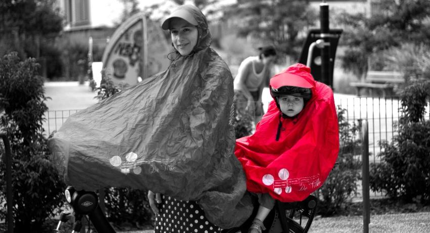 Mère et son enfant portant un poncho cycliste bébé