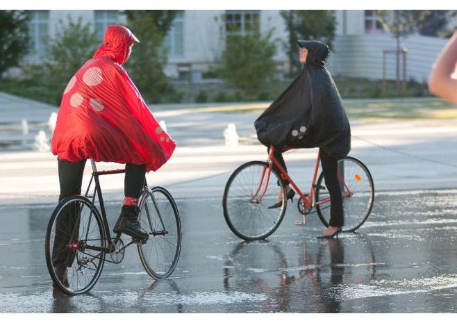 Cyclistes portant un poncho Spad de Ville