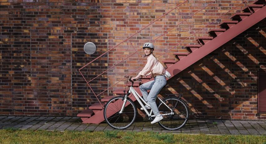 Jeune étudiante roulant sur un vélo de ville