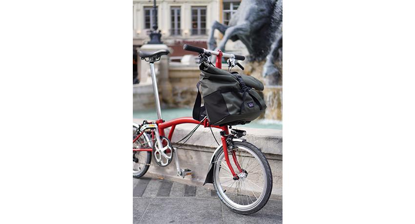 Différentes vues d'une sacoche Brompton sur un vélo pliant
