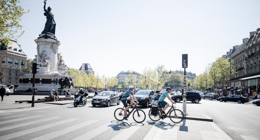Cyclistes dépassant des voitures en ville