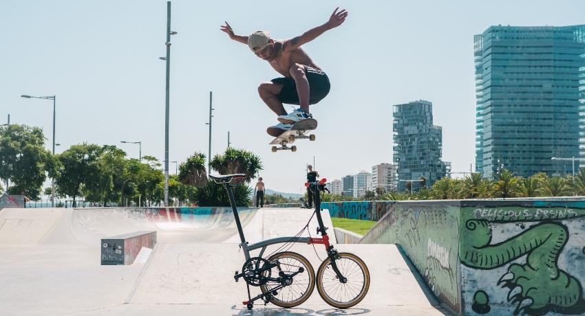 Skate qui saute par-dessus un vélo pliant Brompton