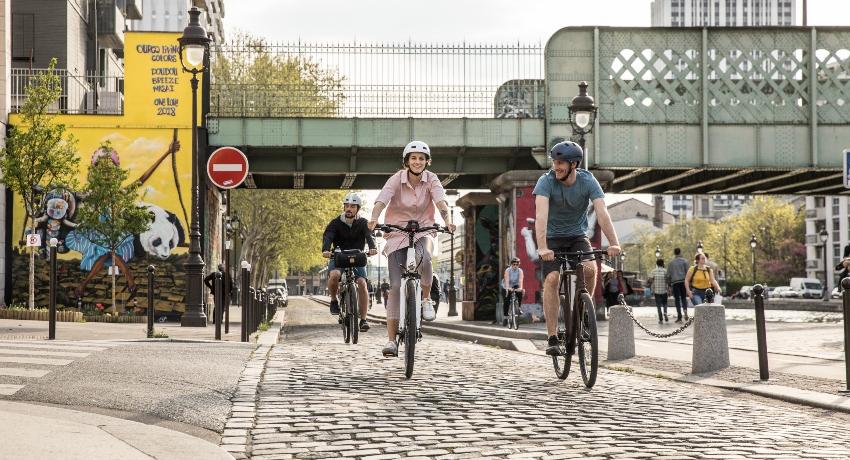 Cyclistes roulant sur une rue pavée en ville