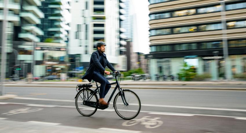 Homme roulant à vélo pour aller à son travail