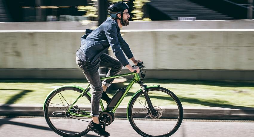 Vélotafeur qui pédale sur un vélo en ville