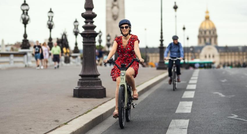 Jeune femme à vélo sur une piste cyclable