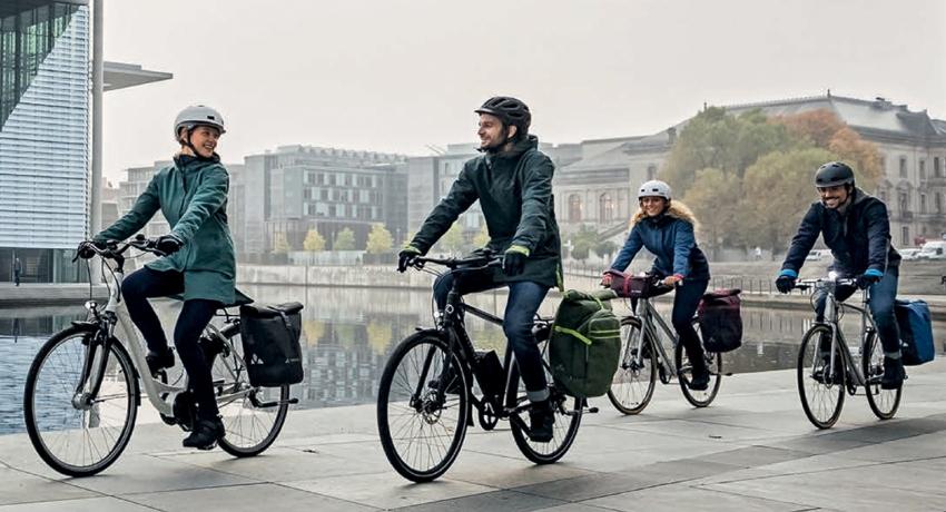 Cyclistes à vélo en hiver