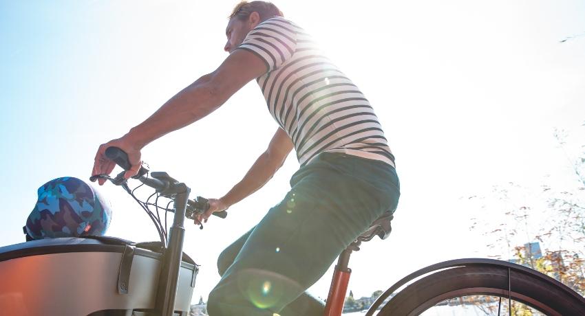 Cycliste sur un vélo cargo