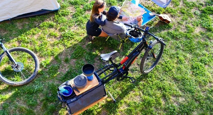 Couple en camping avec un vélo cargo