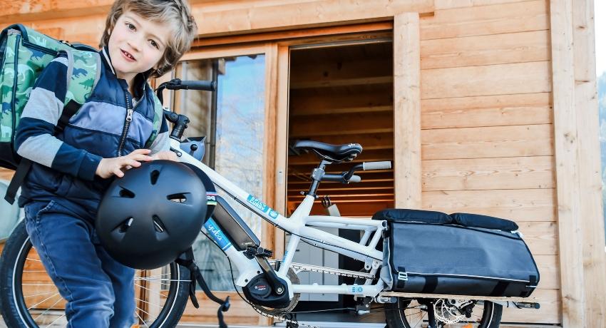 Enfant prêt à aller à l'école à vélo cargo