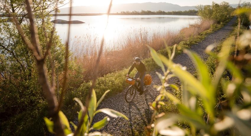 Retraité en voyage à vélo près d'un lac