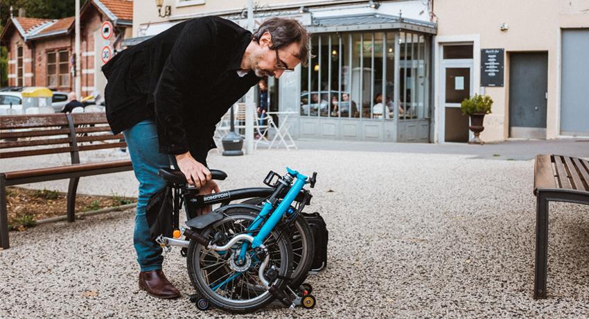 Cycliste en train de plier son Brompton