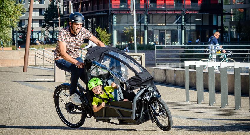Jean-Charles et son fils dans un vélo cargo