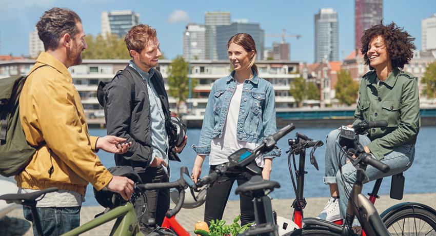 Groupe de cyclistes échangeant à l'arrêt