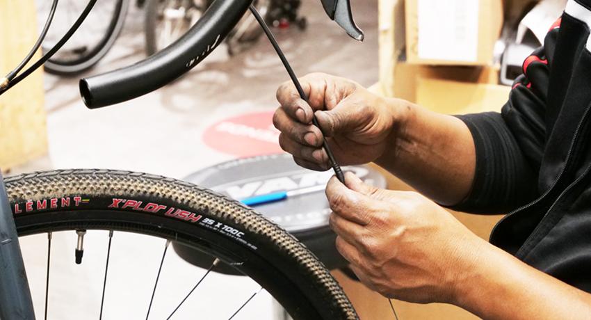 Mécanicien qui répare un vélo