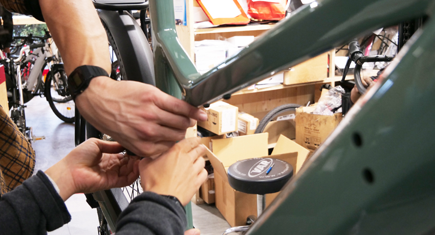 Techniciens qui réparent un vélo électrique