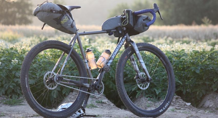 Vélo gravel tout équipé avec sacoches de bikepacking