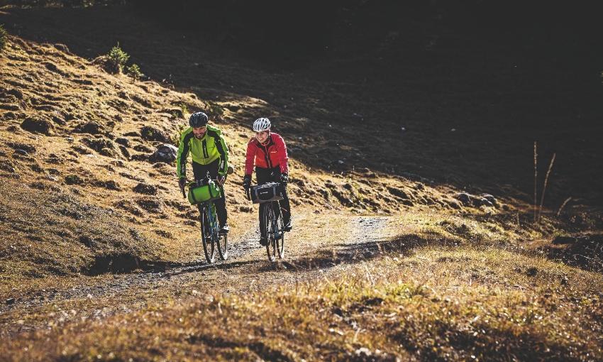 Deux cyclistes en bikepacking à la montagne