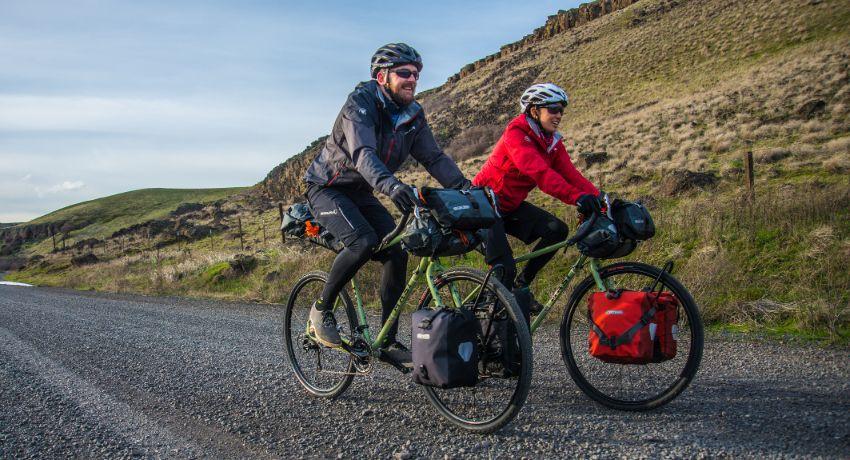 Deux cyclistes roulant sur des gravels équipés bikepacking