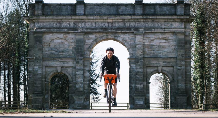Bikepacker devant un monument