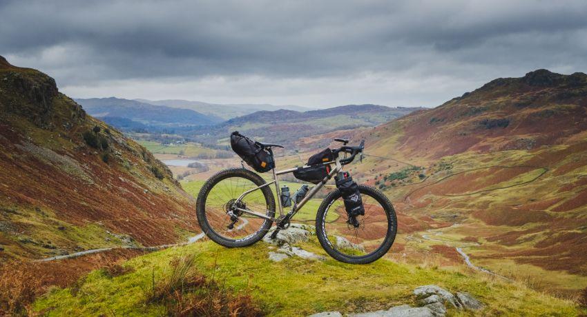 Vélo gravel avec des sacoches de bikepacking en haut d'une montagne