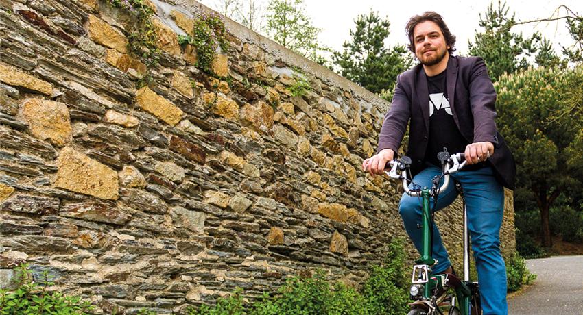 Olivier Schneider sur son vélo pliant Brompton