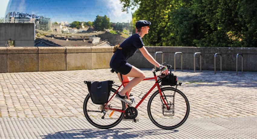 Jeune femme à vélo
