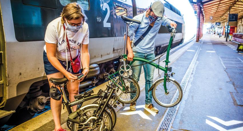 Cyclistes qui déplient leur vélo à la sortie du TGV