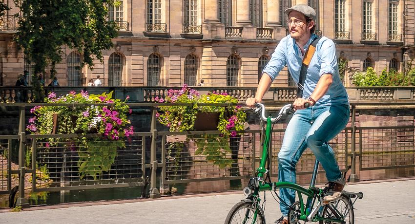 Cycliste sur un vélo pliant en ville