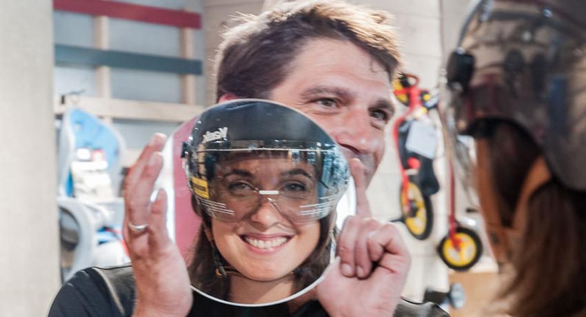 Cycliste achetant un casque de vélo chez Cyclable Services