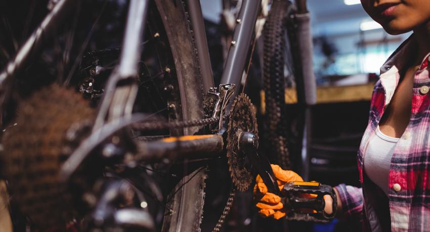 Technicienne cycle dans son atelier