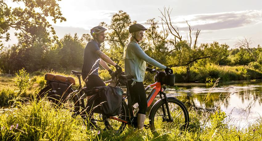 Couple en voyage à vélo électrique