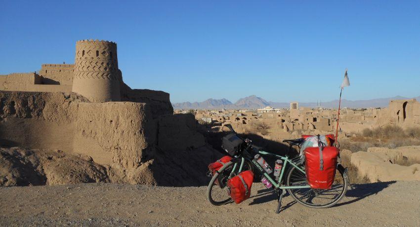 Vélo gravel Genesis chargé pendant un voyage