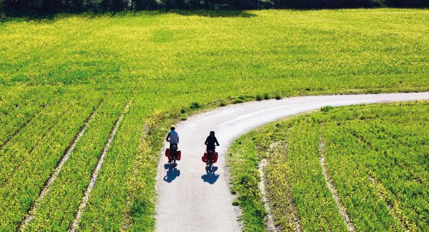 Associer recyclage et découverte du monde à vélo