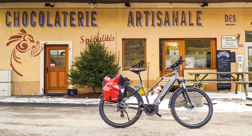 Vélo électrique de voyage devant une boulangerie
